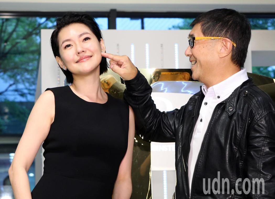 小S(左)保養品代言,她現場將一名攝影記者拉上台,要他觸碰自己彈力十足的臉頰。記...