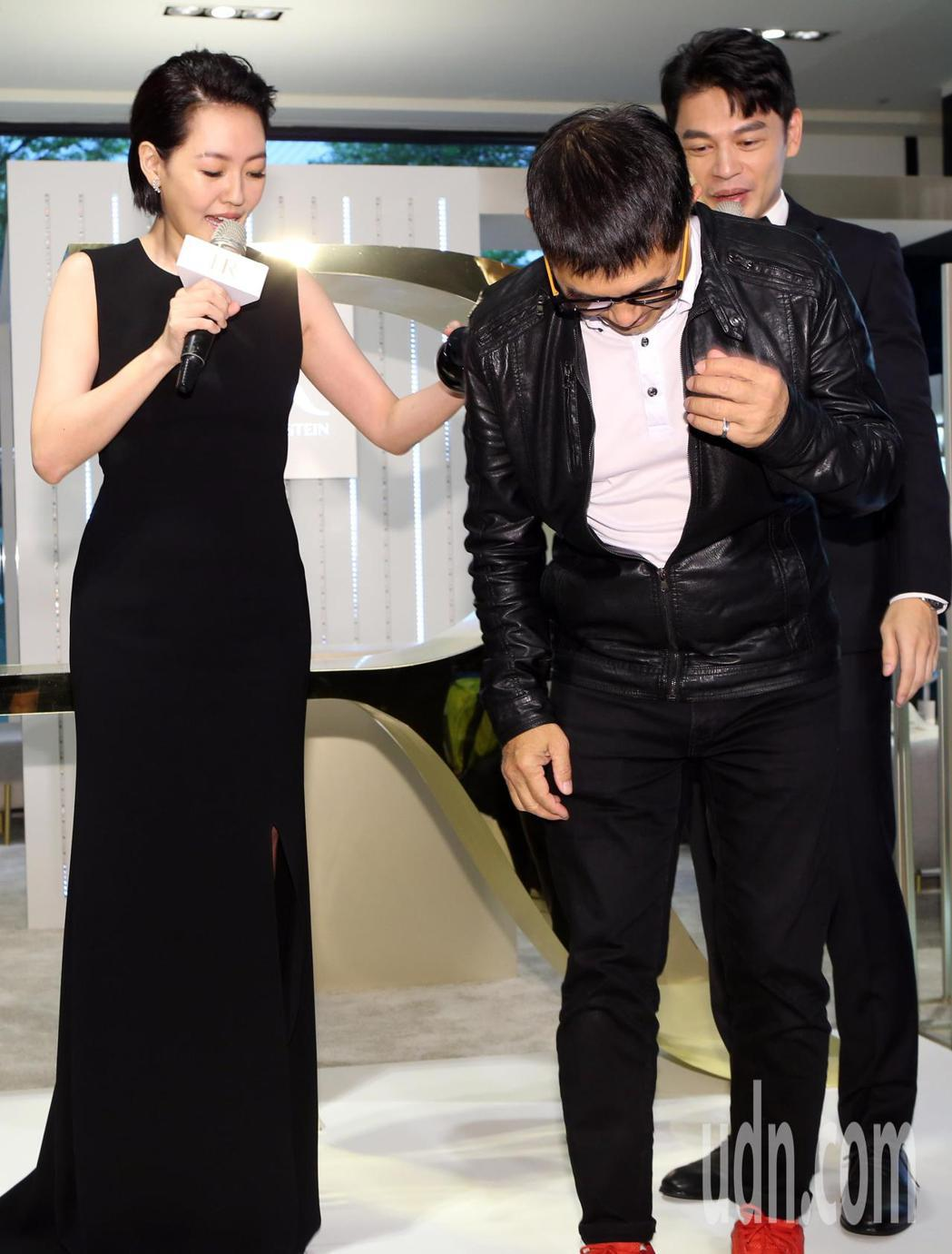 小S(左)代言保養品,活動現場她將一名攝影記者拉上台,要他觸碰自己彈力十足的臉頰...