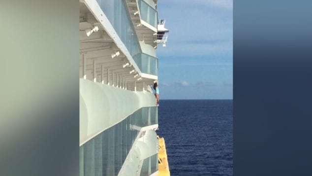 一名女子在搭乘加勒比海遊輪時,爬到她房間陽台的欄杆上拍照,因動作太過危險被趕下遊...