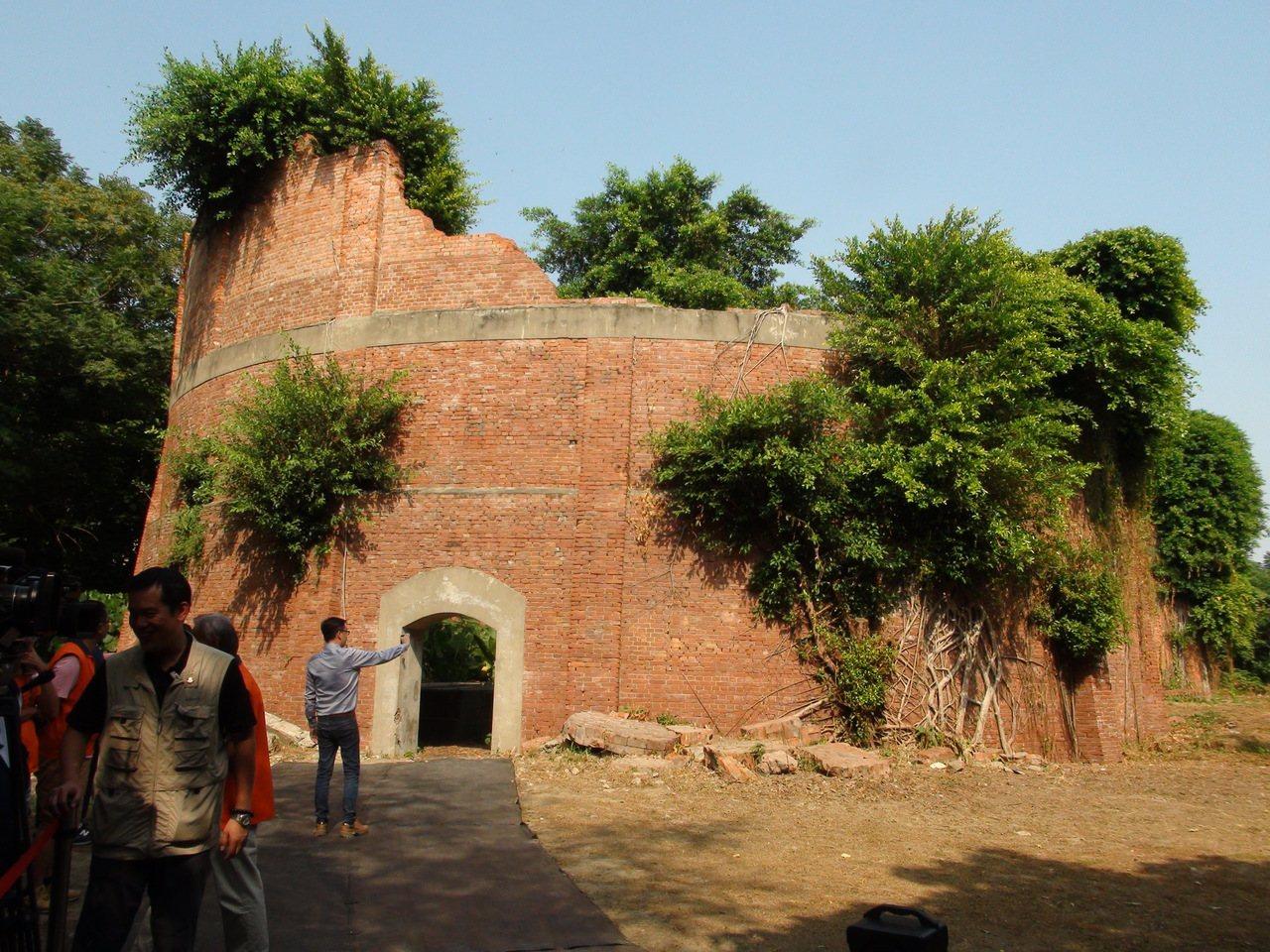 位於雲林縣虎尾糖廠總廠內的磚造酒精槽,曾是日據時代東亞地區最大的酒精工場設施,生...