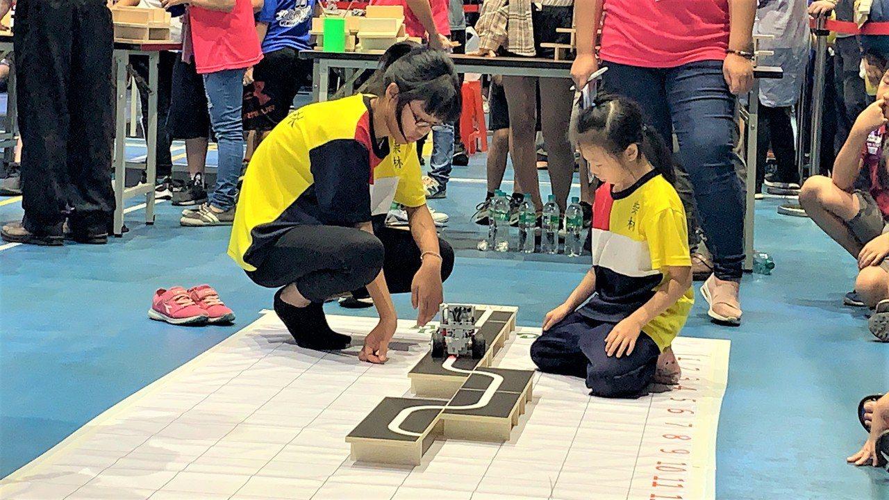 八歲游亞瑄(右)與陳韻筑(左)參加機器人賽。圖/雲嘉南分署提供