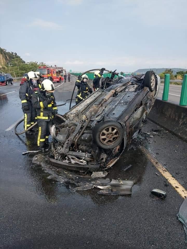 國道四號神岡段今天早上發生車禍,其中一輛車翻覆火燒車,駕駛逃出輕傷。圖/清水消防...