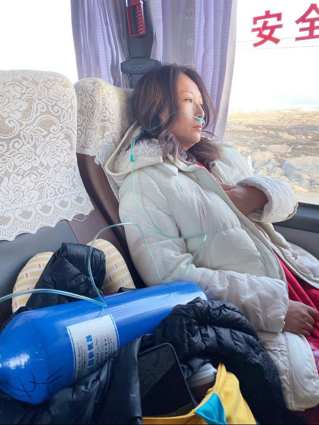 王瑞霞出現高山症,在車上接受急救。圖/米樂士娛樂提供