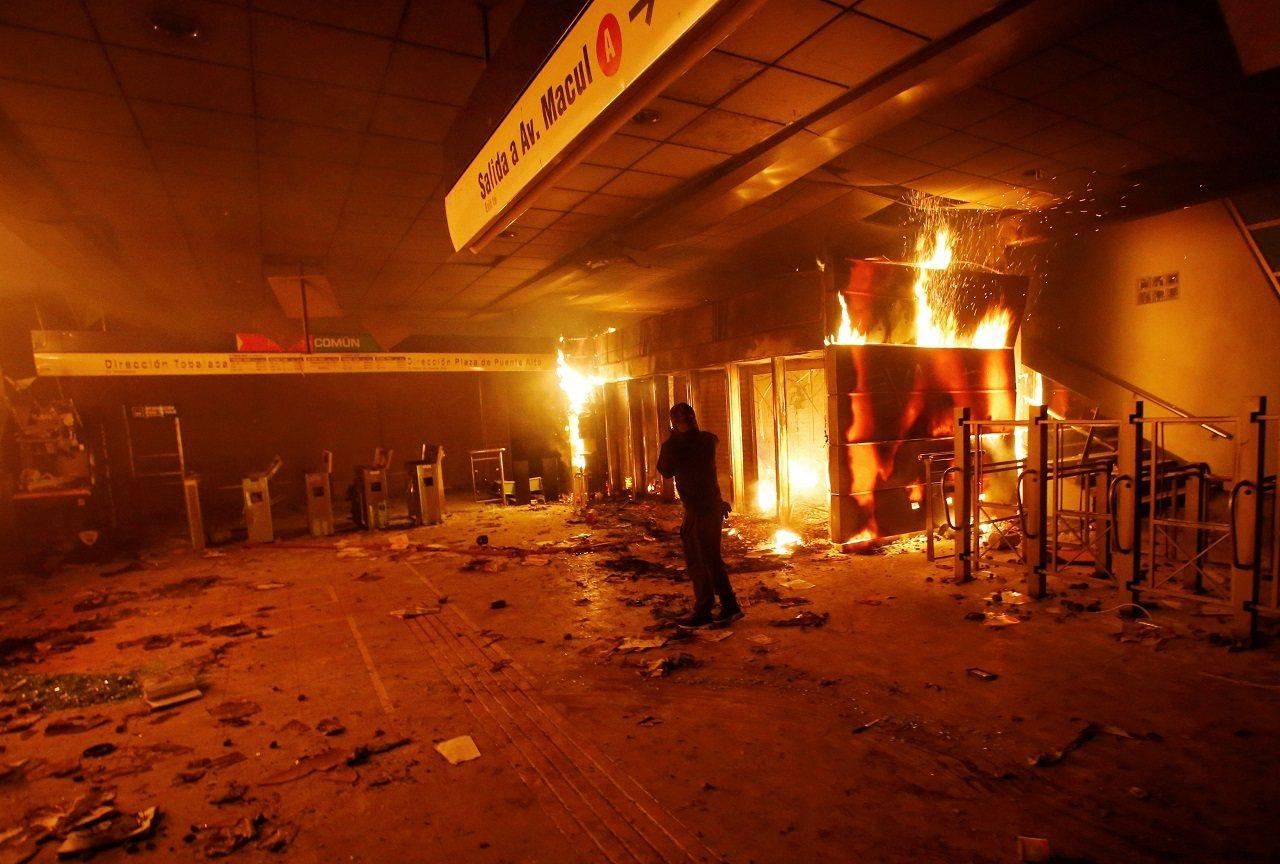 智利首都聖地牙哥民眾近日走上街頭,抗議地鐵票價調漲,但活動18日晚間變調,暴力與...