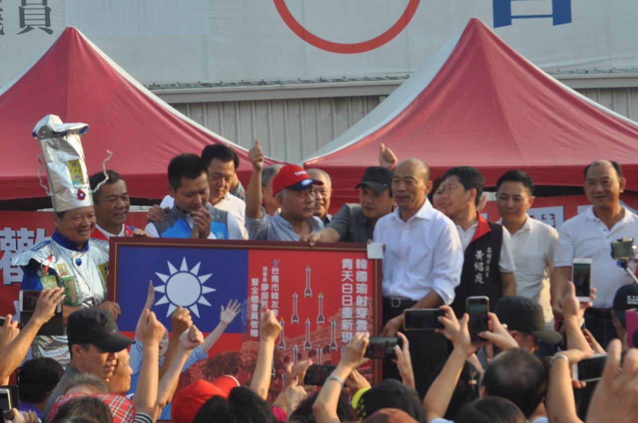 國民黨總統參選人韓國瑜今天下午拜訪台南市議員曾信凱服務處,韓國瑜台南之友會並贈送...