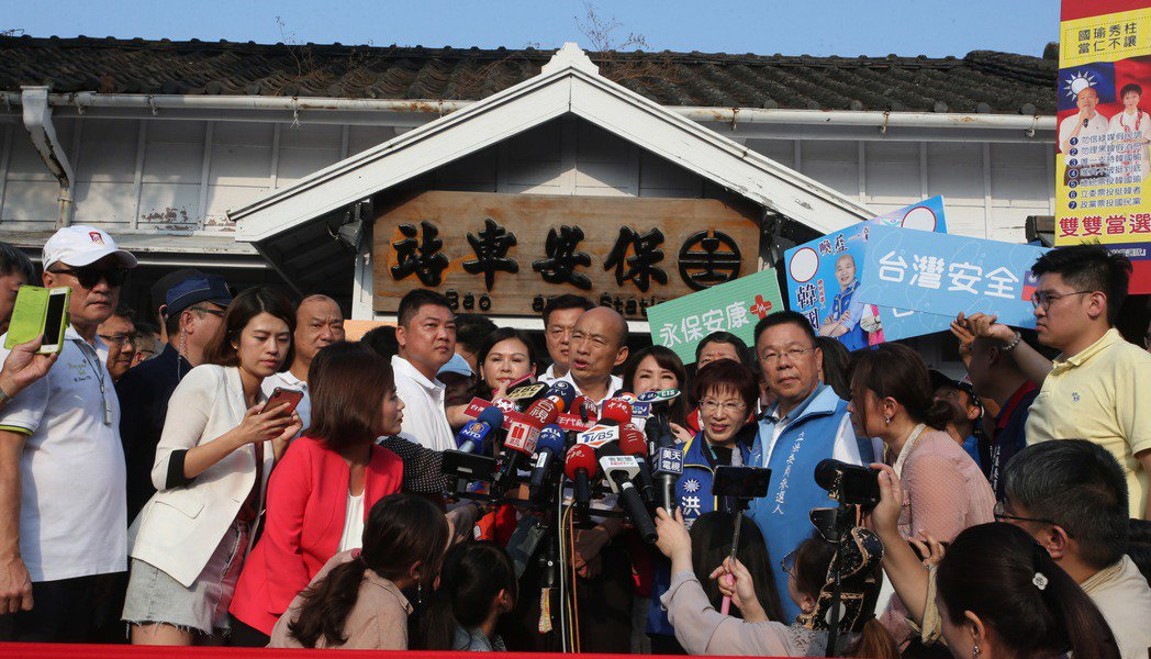 國民黨總統參選人韓國瑜(中)到台南搭乘火車到保安車站,大批支持者跟隨場面熱烈。記...