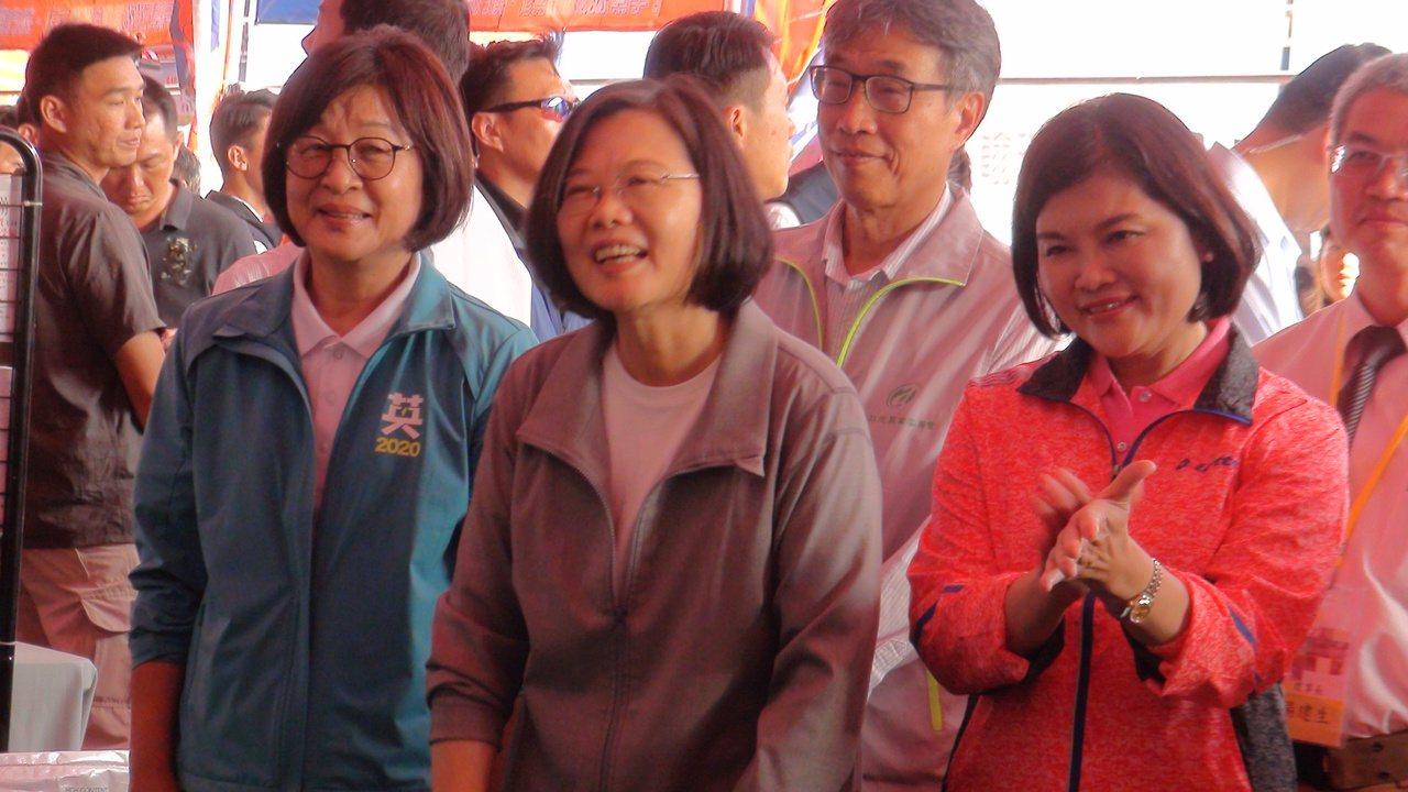 蔡英文總統(中)今天下午在立委蘇治芬(左)的陪同下,參觀雲林國際農機展,國民黨籍...