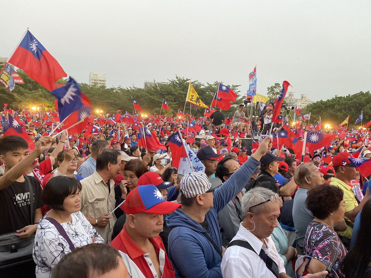 韓國瑜今天在台南舉辦造勢大會,國民黨台南市黨部主委謝龍介上台時宣布現場人數達10...