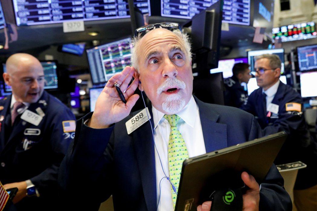 美股周五挫跌,但企業財報強勁抵銷投資人對全球成長的疑慮。 路透