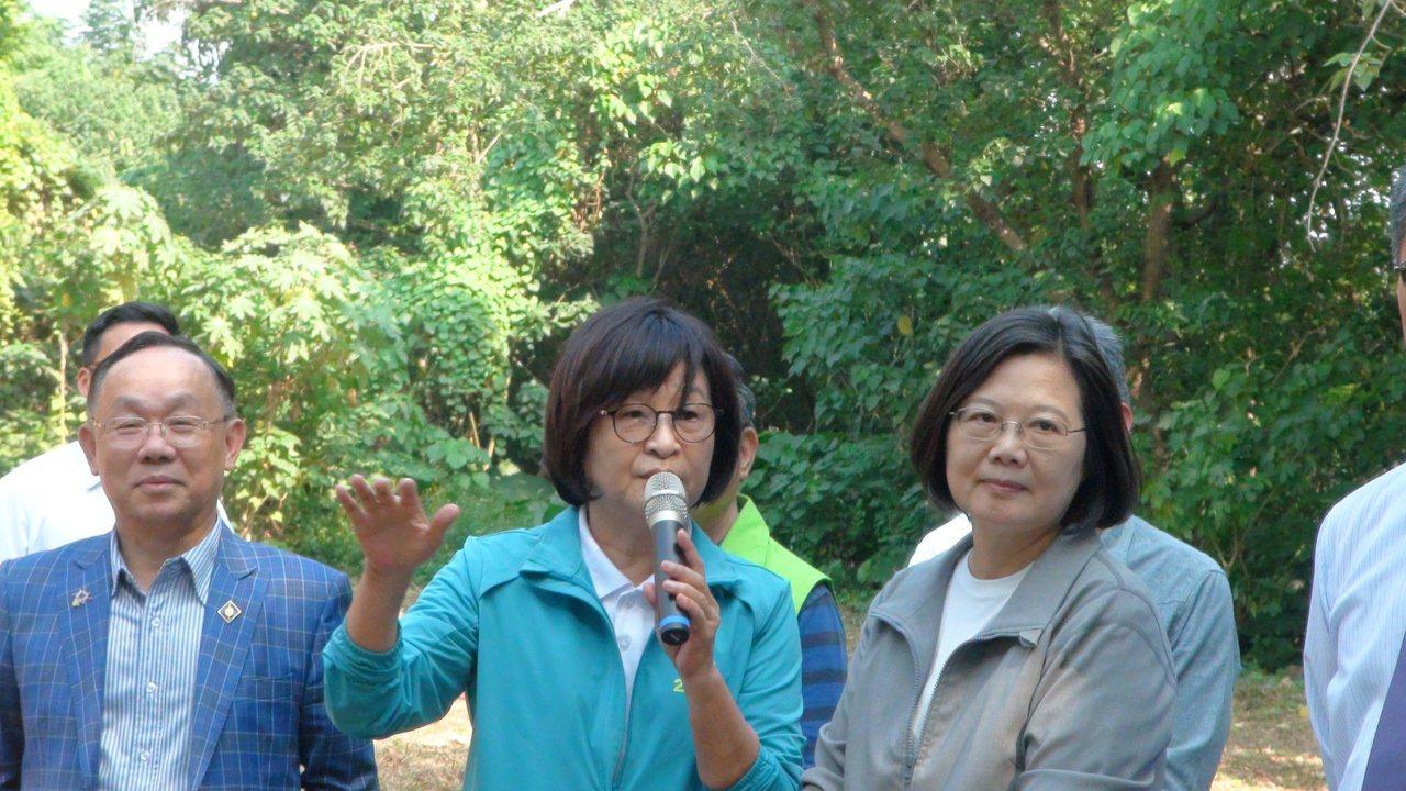 蔡英文總統(右一)今天到雲林參訪,被媒體問到呂秀蓮自爆參選總統連署站頻頻遭到關切...