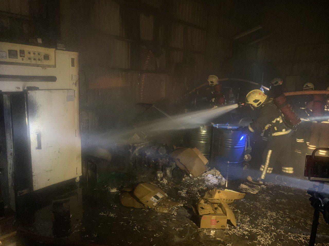 泰山鐵皮工廠火警,化工建材悶燒竄惡臭與濃煙,現場燃燒10坪面積。記者巫鴻瑋/翻攝