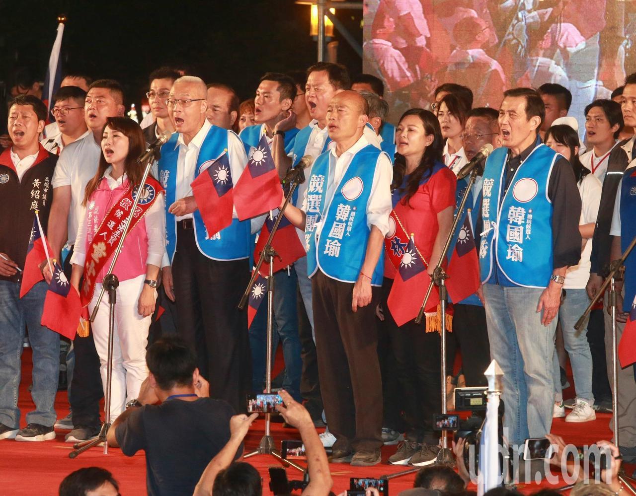 韓國瑜(前排中)在國旗的帶領下,並在前總統馬英九(前排右一)、國民黨主席吳敦義(...