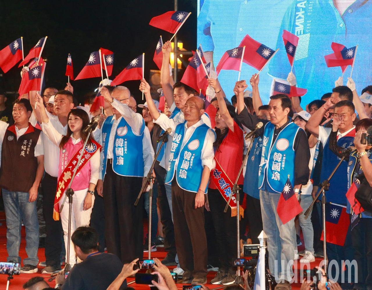 韓國瑜在國旗的帶領下,並在前總統馬英九、國民黨主席吳敦義陪同進場。馬、韓、吳同框...