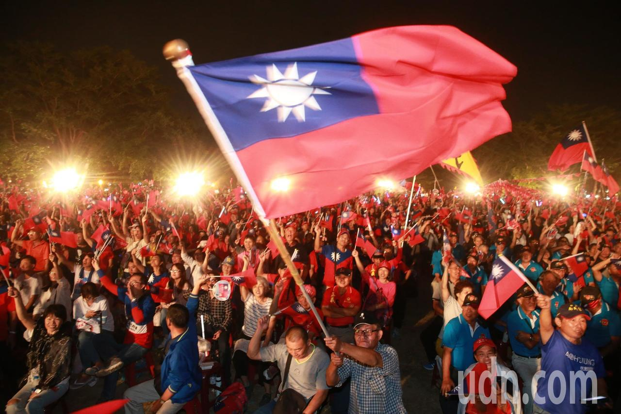 總統參選人韓國瑜晚上在台南水萍塭公園舉行造勢晚會,也是韓國瑜請假後第一場的大型造...