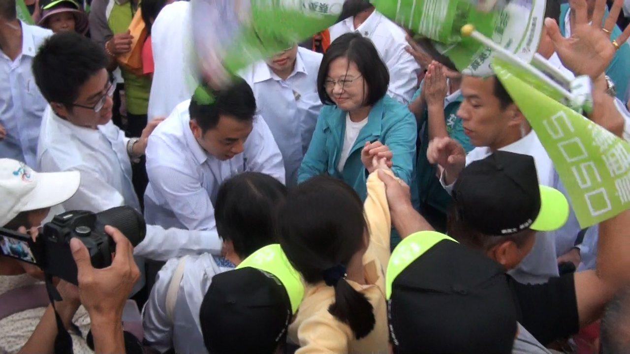 蔡英文進場受到民眾熱烈歡迎。記者蔡維斌/攝影