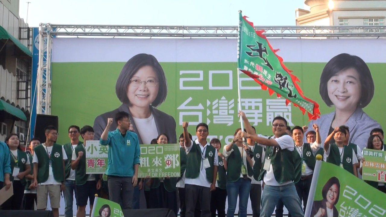 林飛帆為青年軍授旗帶動全場氣氛。記者蔡維斌/攝影