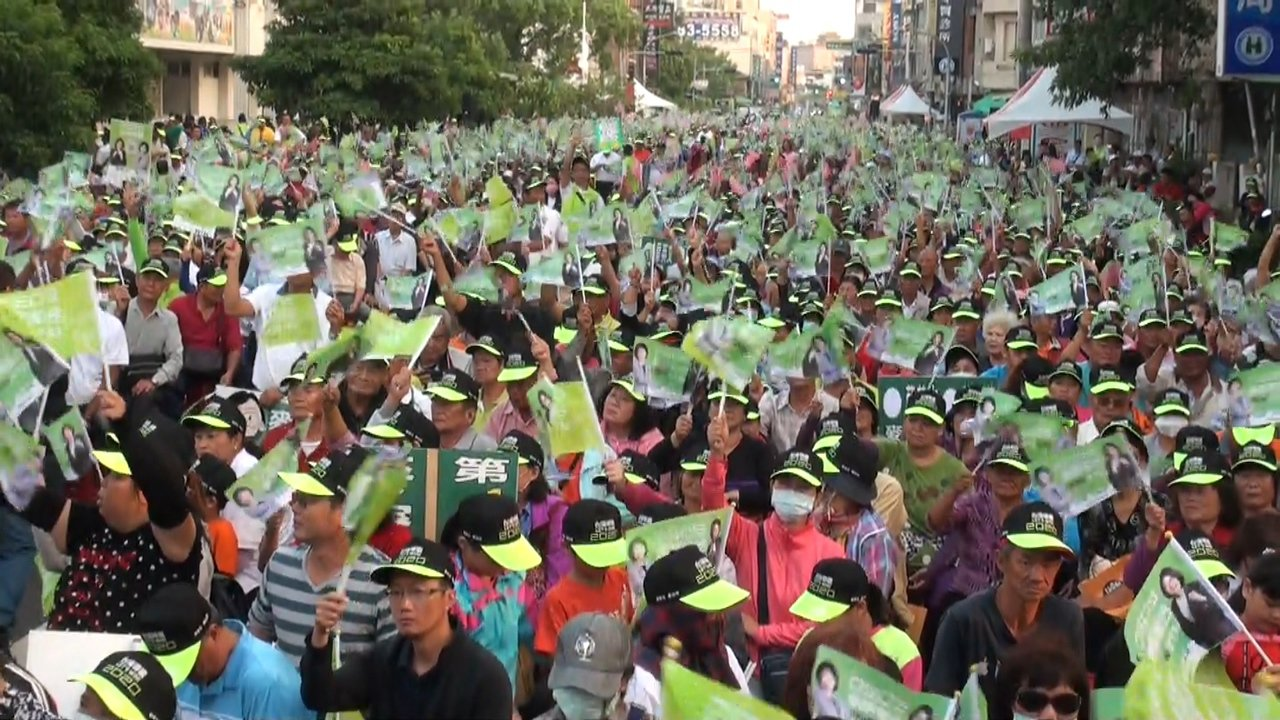 蘇治芬今天成立聯合競選總部上萬支持者到場相挺,旗海飛揚士氣高昂。記者蔡維斌/攝影