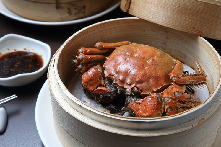 點水樓以清蒸方式,讓饕客品嚐大閘蟹的原味鮮美,每隻1,800元。記者陳睿中/攝影