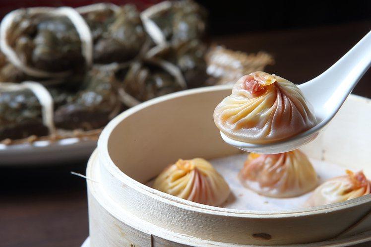 以大閘蟹肉、蟹膏為餡料的大閘蟹小籠包,720元。記者陳睿中/攝影