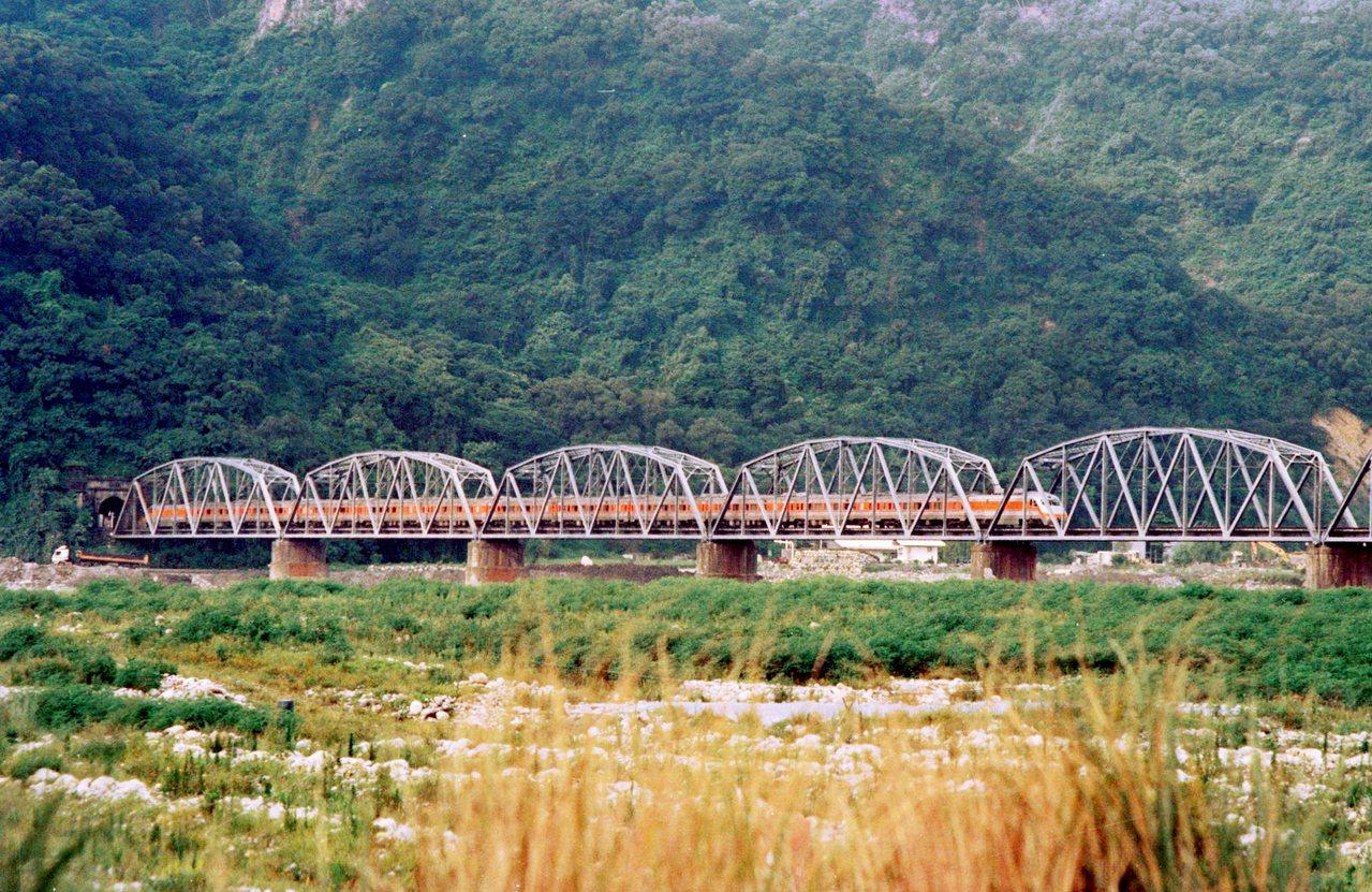 跨越苗栗、台中兩縣市的舊山線大安溪鐵橋(花樑鋼橋)。圖/攝影工作者張文煥提供