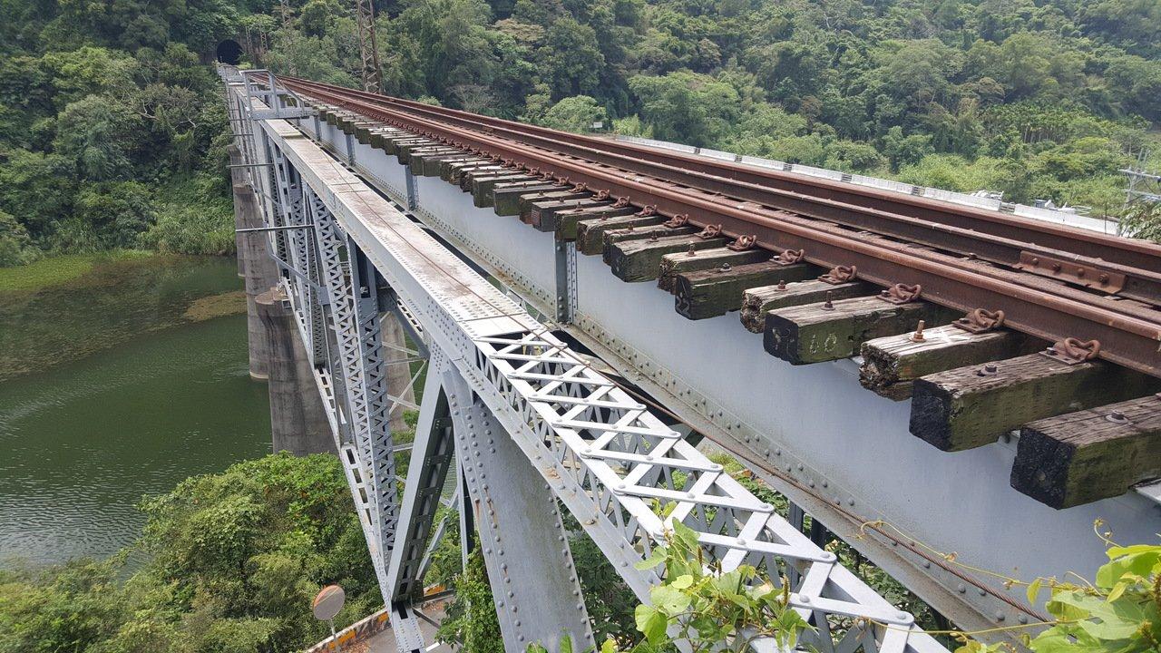 舊山線6號隧道以南的內社川鐵橋已公告為苗栗縣定古蹟。記者胡蓬生/攝影