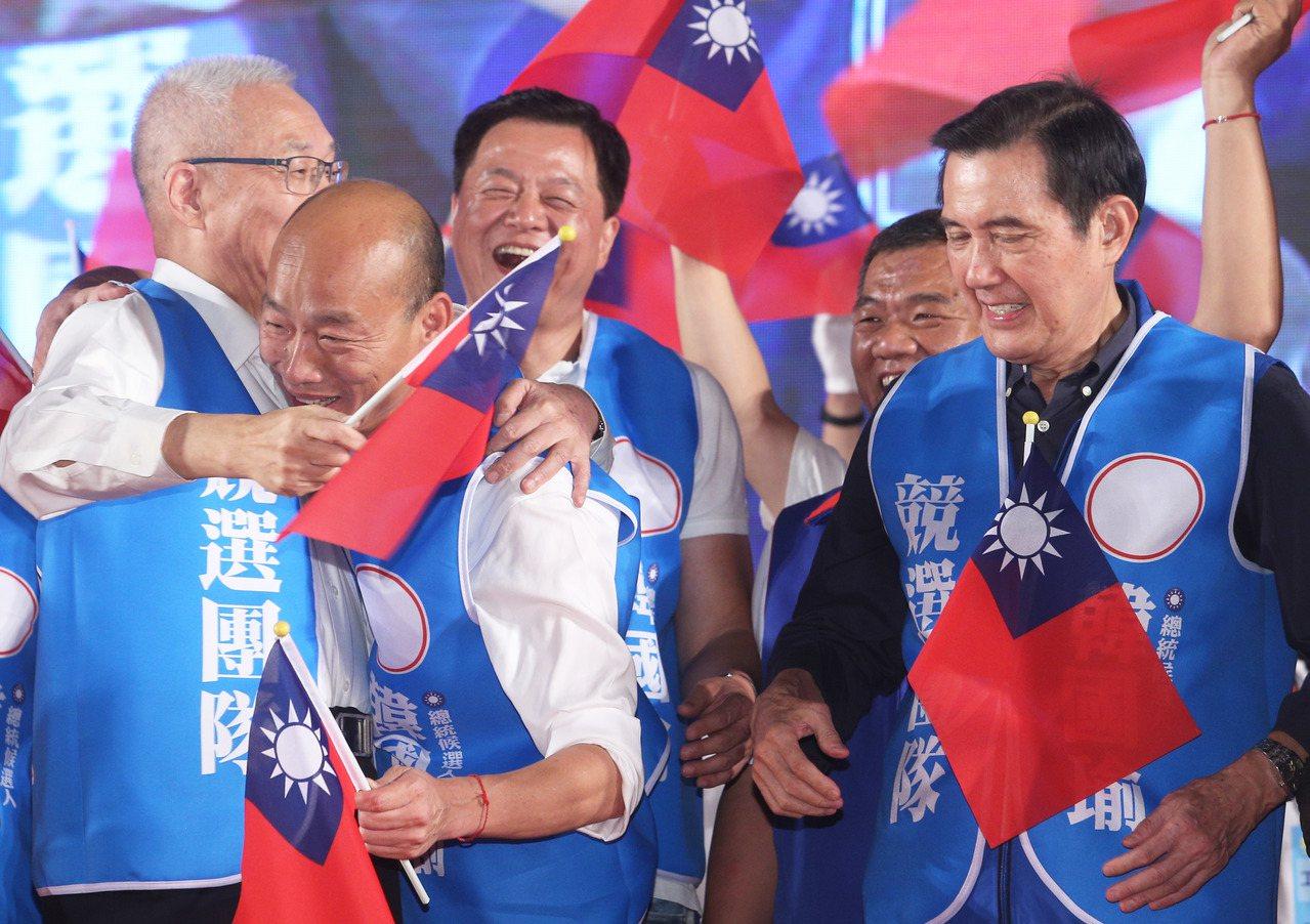 韓國瑜先向右手邊的吳敦義伸手擁抱。記者劉學聖/攝影