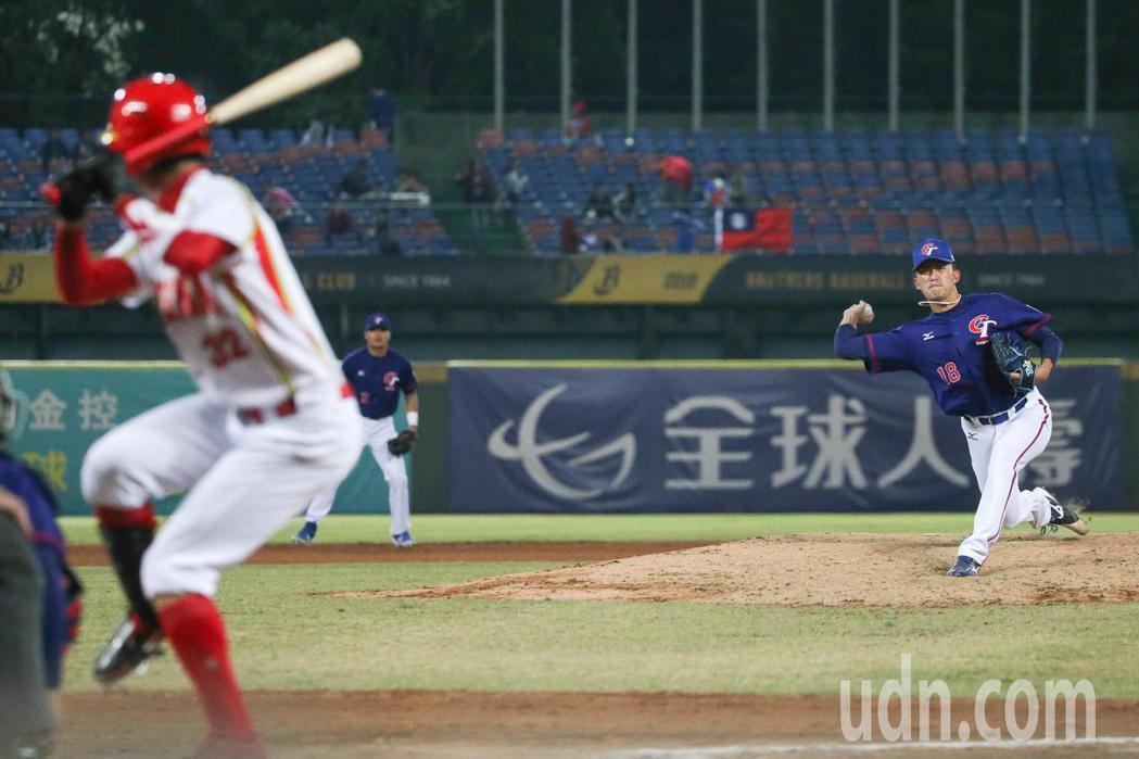 中華對中國的比賽,外野有球迷高舉國旗為中華隊加油。記者黃仲裕/攝影
