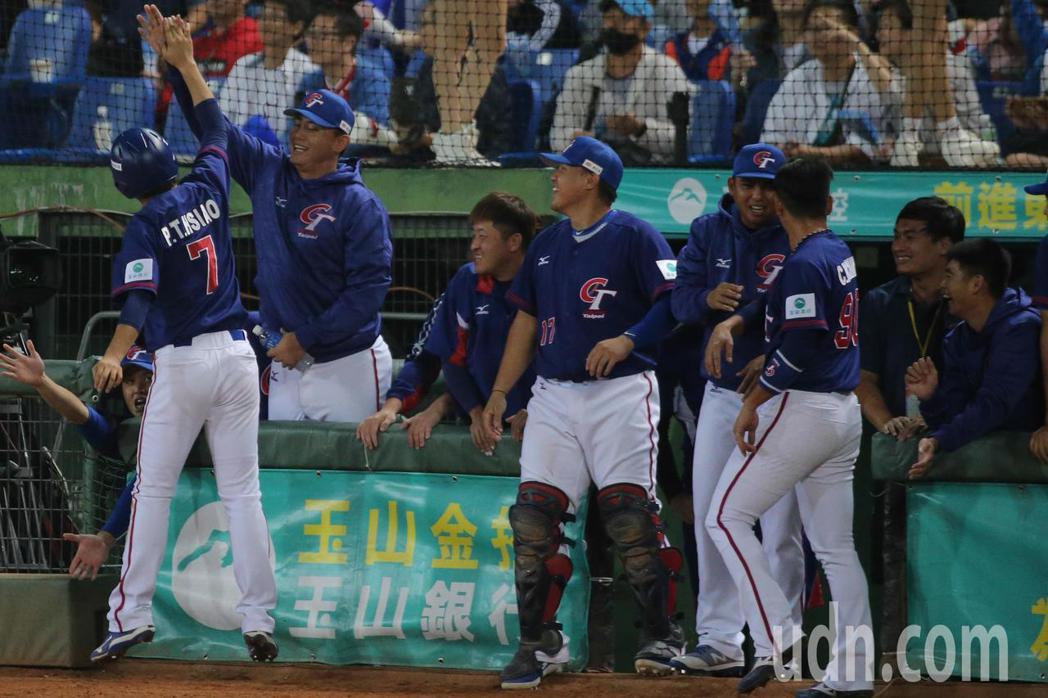 中華第六棒蕭帛庭得分後回到休息區時,跳起來與隊友擊掌慶祝。記者黃仲裕/攝影
