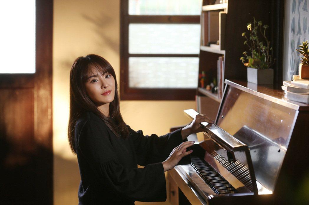 習譜予在新歌「尋」MV自彈自唱。圖/大藝未來提供