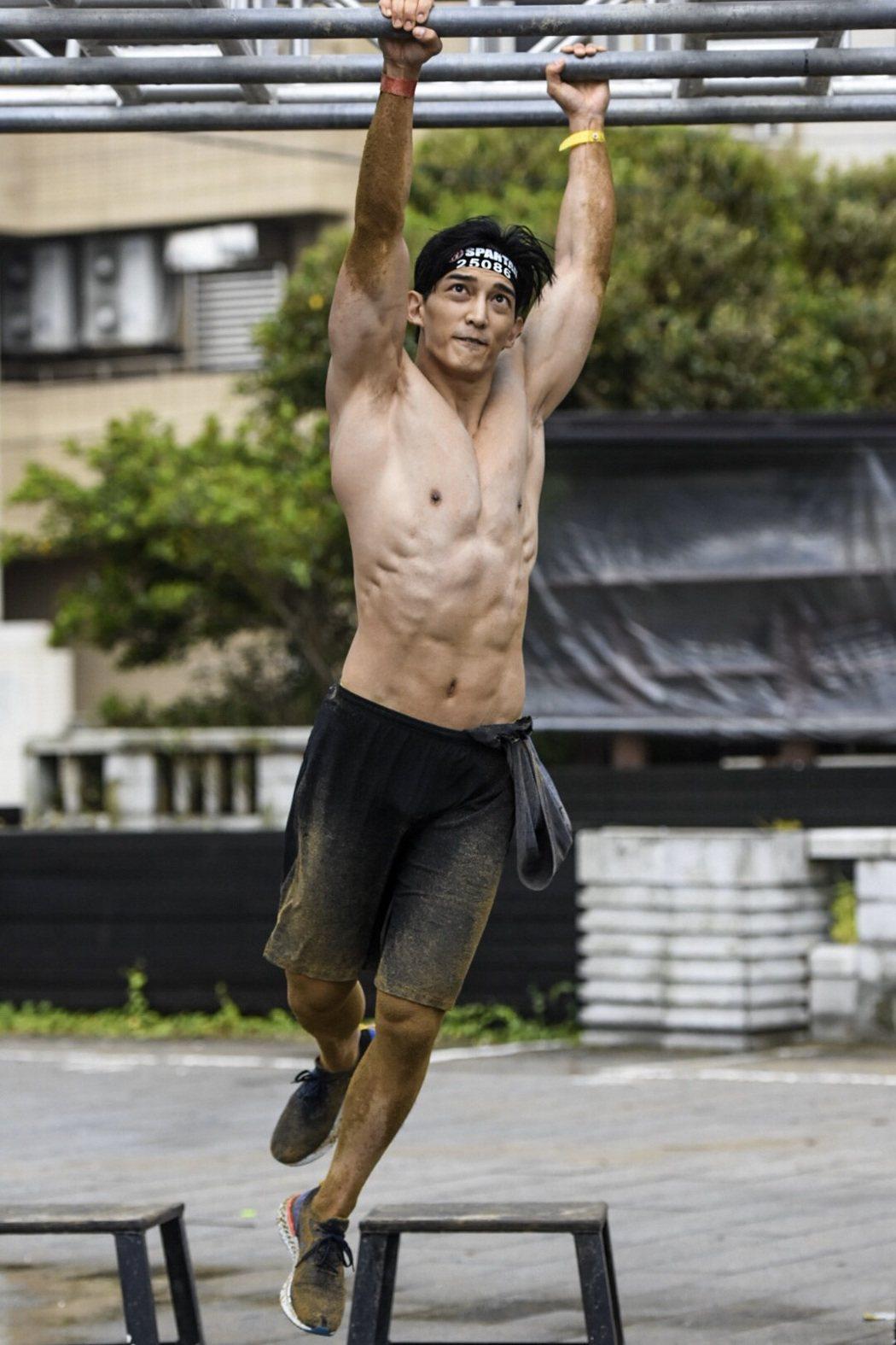 王家梁參加斯巴達障礙跑競賽,展現驚人肌耐力。圖/寬魚國際提供
