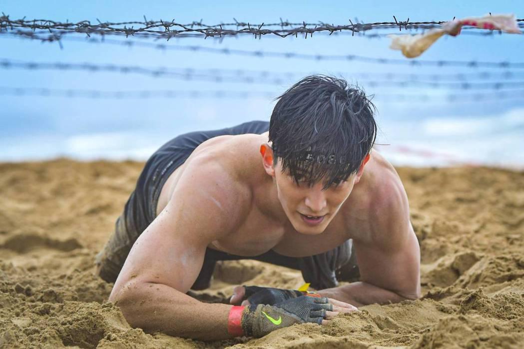 王家梁參加斯巴達障礙跑競賽,裸上身爬沙地肌情四射。圖/寬魚國際提供
