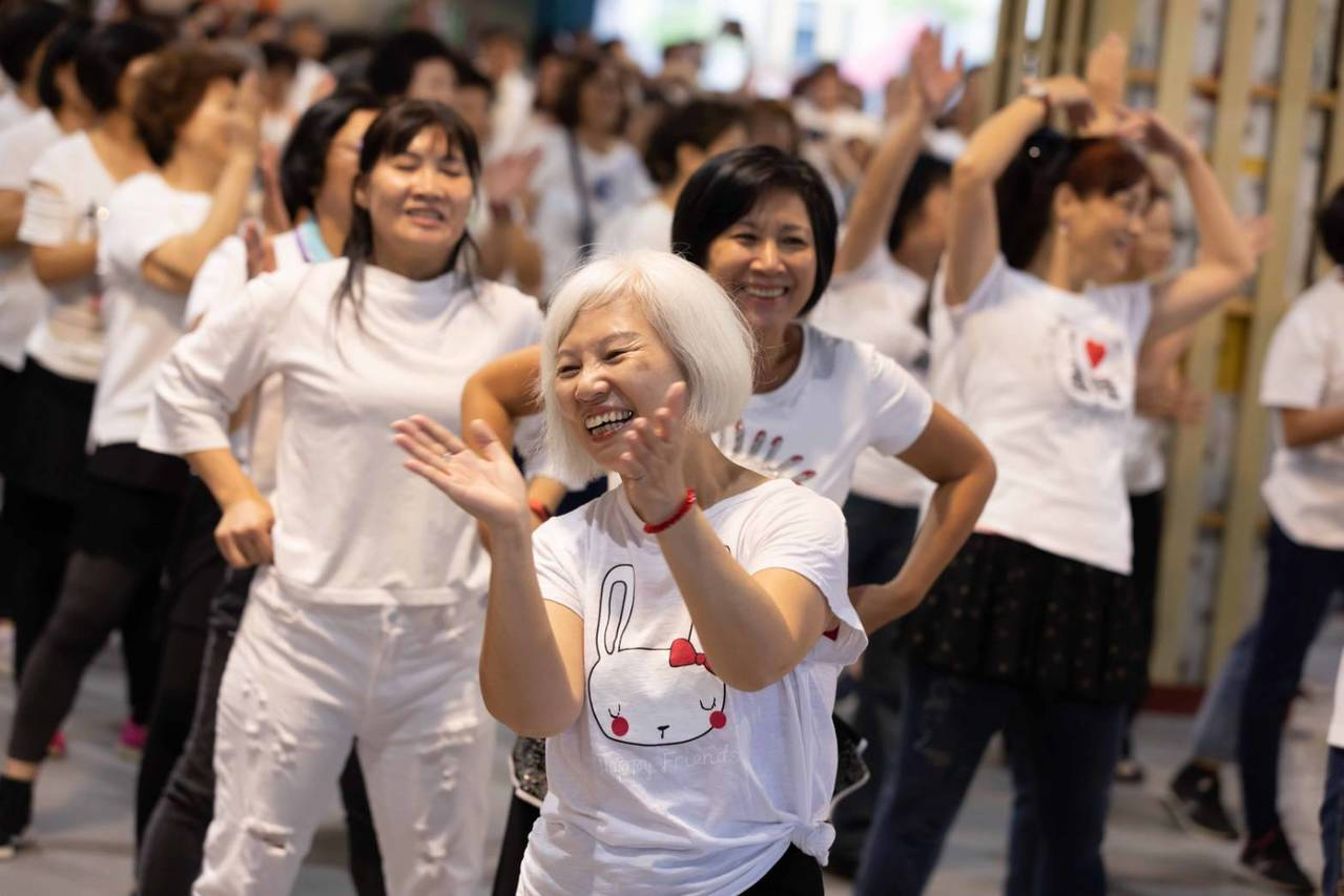 今天市府在西二碼頭辦理年旗艦社區暨社區照顧關懷據點嘉年華,共有千人熱舞,長者活躍...