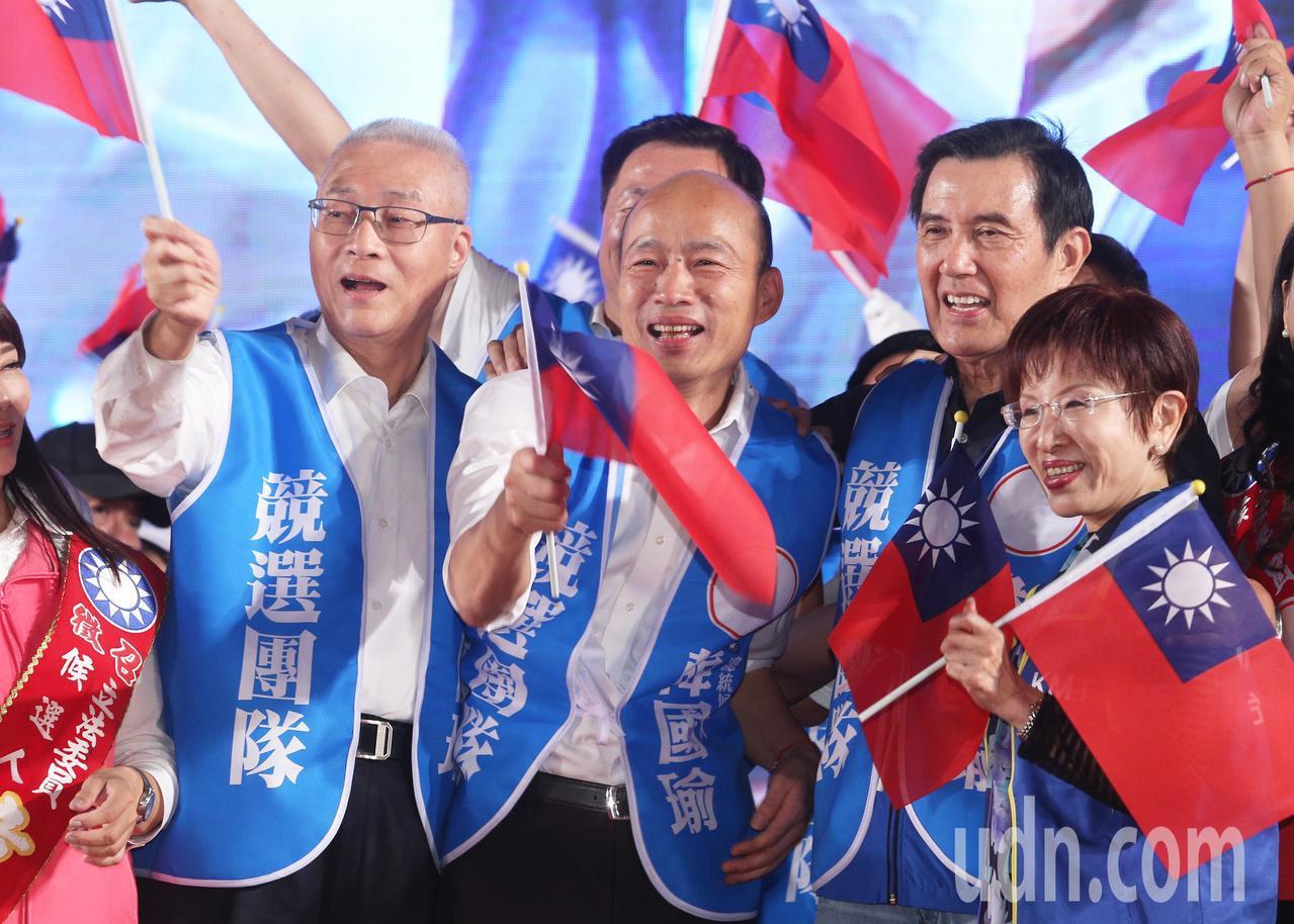國民黨總統參選人韓國瑜請假後,今晚在台南市的水萍塭公園舉行首場造勢晚會,上萬韓粉...