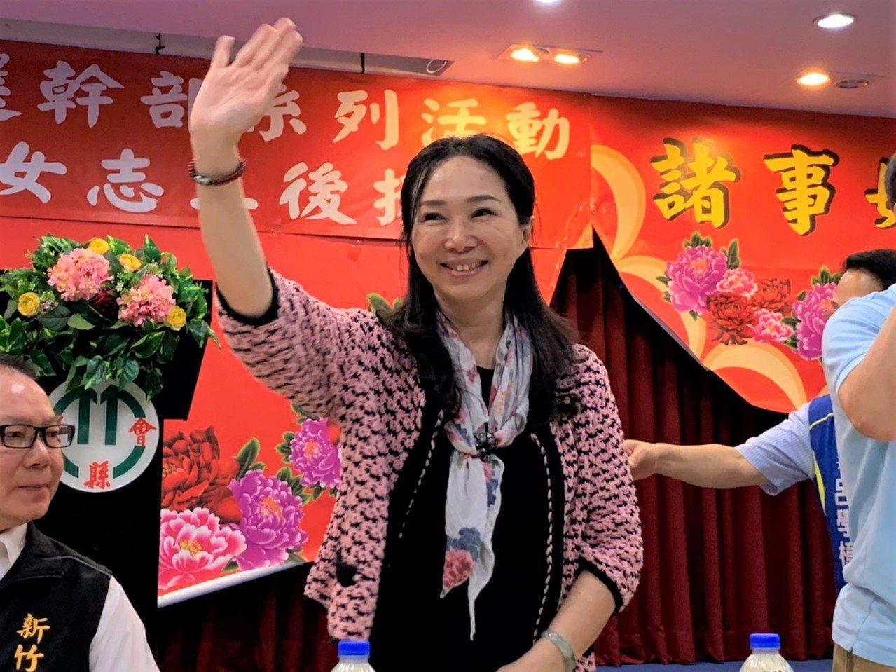 李佳芬出席國民黨新竹縣、市議會黨團座談會與婦女志工後援會,向現場的支持者揮手致意...