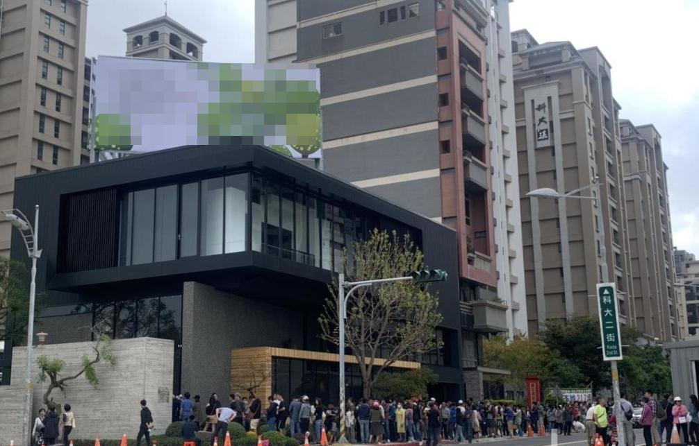 新竹縣竹北科大二街一處新建案,開賣引來排隊人潮。圖/報系資料照