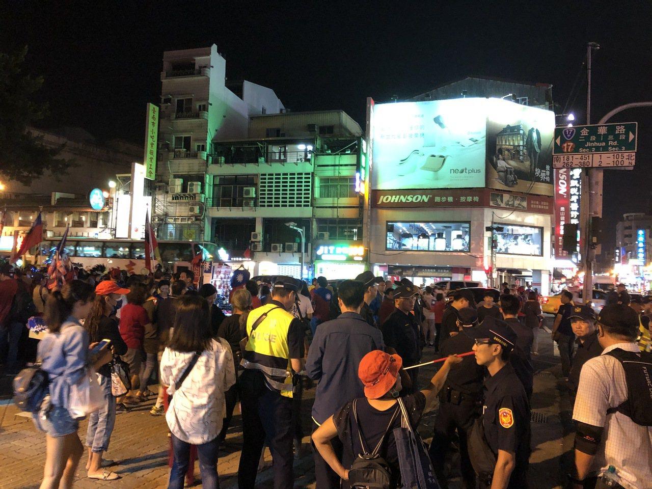有人朝韓國瑜丟一顆雞蛋,不過並沒有擊中韓國瑜,警方在案發現場了解狀況。記者邵心杰...