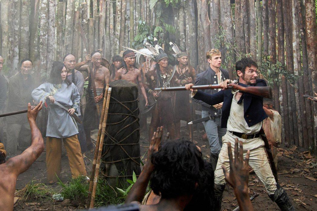 何超儀(左)和男主角強納森萊斯梅爾在煙霧中奔跑。圖/852 Films Ltd提...