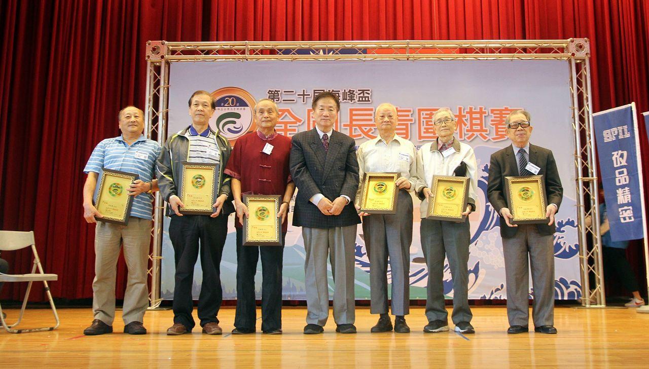 6位參賽20年的長青棋士獲旅日棋士林海峰(中)頒棋道永存獎。圖/海峰棋院提供