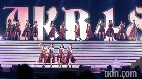 日本女團AKB48台北演唱會今晚首度唱進台北小巨蛋,一開場帶來〈重力共鳴〉、〈想見你〉、〈藉口Maybe〉等曲,並大聲說:「很開心來到台灣!」令全場粉絲興奮尖叫。
