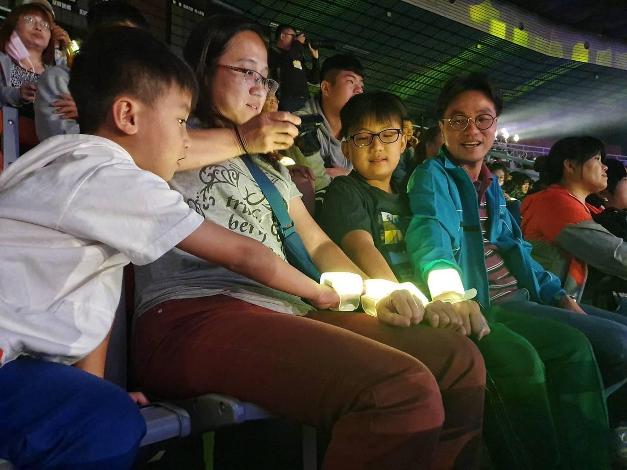 全國運動會開幕典禮的表演期間,民眾手上的互動LED燈會隨著劇情變換燈色,不少民眾...