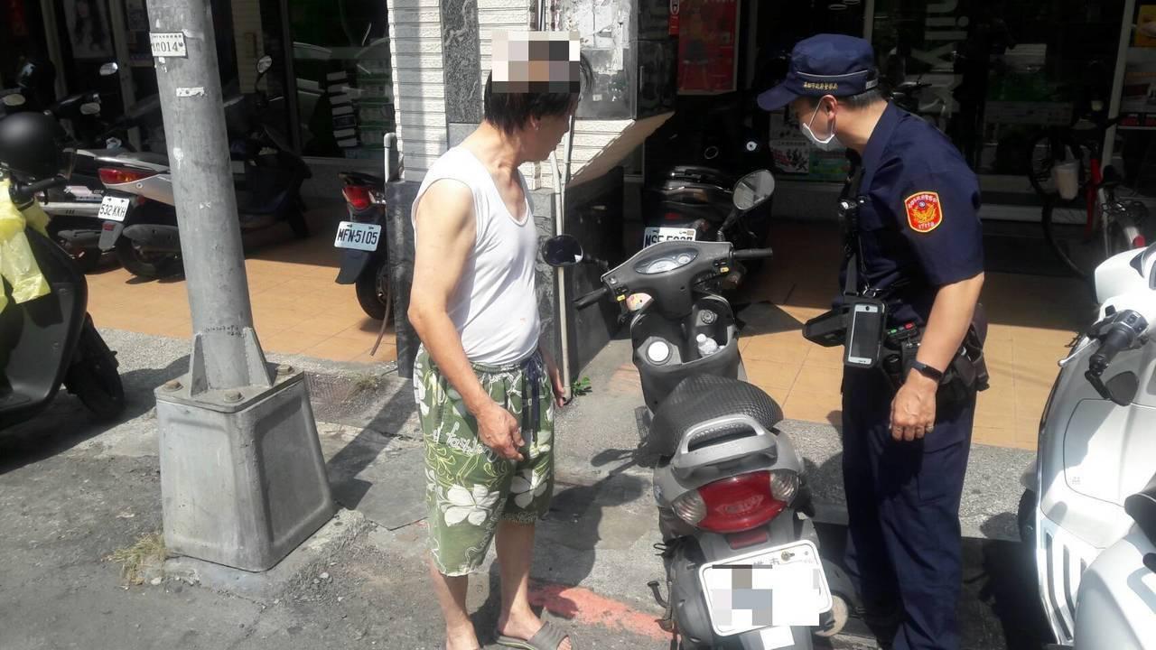 高雄市凌姓老翁日前凌晨騎車外出買宵夜,忘記把車騎回來,還堅持車被偷走,職道員警幫...