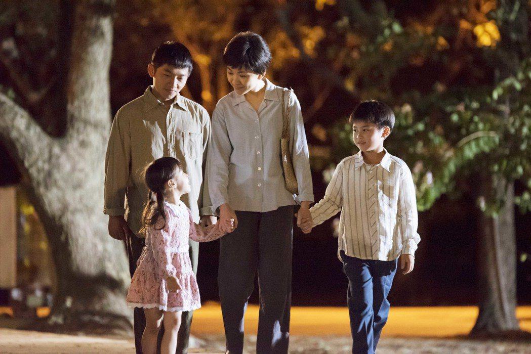 林玟誼、蔡昌憲帶著2孩子為生活打拚。圖/公視提供