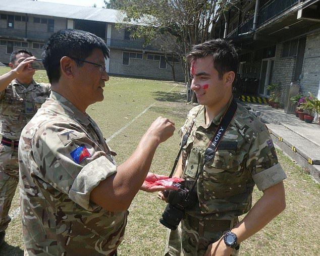 班艾金森(右)為了加入新單位學習尼泊爾文化。圖/翻攝自daily mail