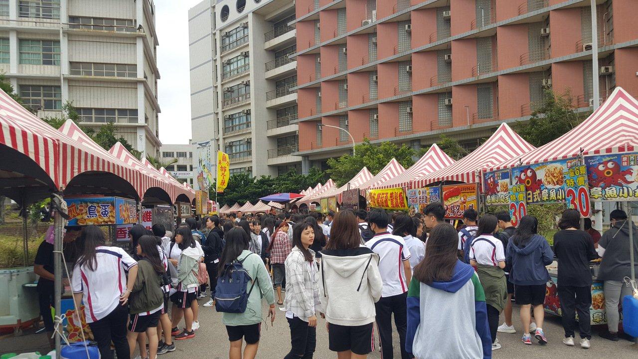 私立仁德醫護管理專科學校今天舉辦52周年校慶,校內氣氛熱滾滾。記者胡蓬生/攝影