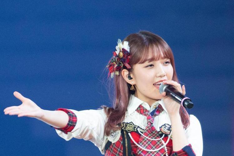 日本女子天團AKB48 19日在台北小巨蛋開唱,她們首次在台灣演出,16名成員一開場就在歌曲中用中文高喊「我愛你,台灣」。她們將日本原汁原味的舞蹈帶來台灣,每位成員都準備了中文自我介紹,馬嘉伶激動大...
