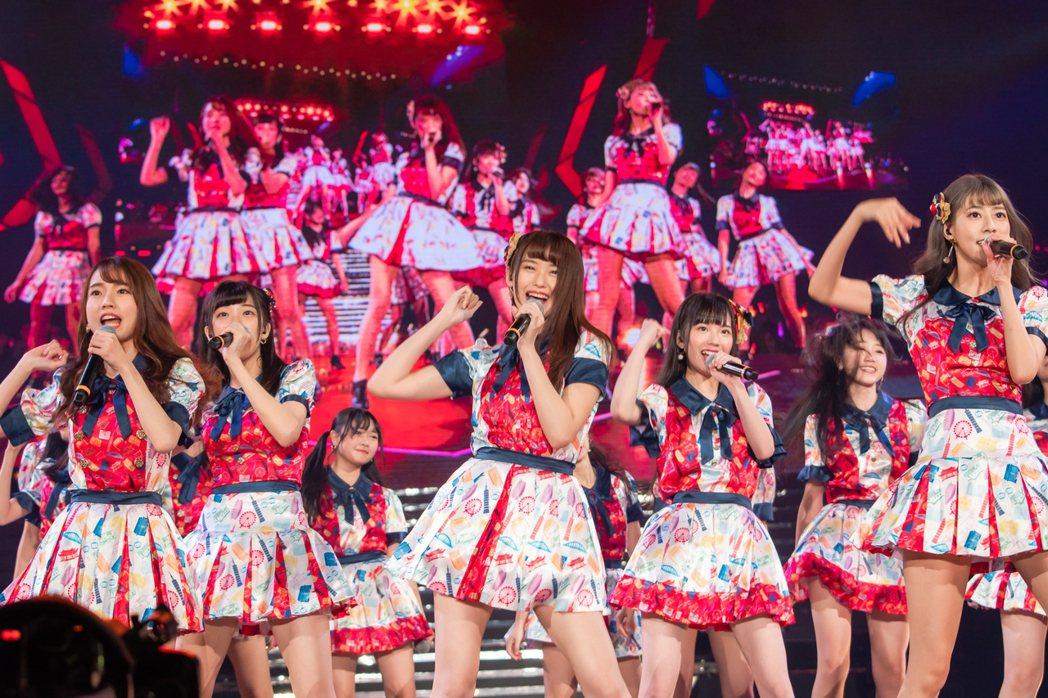 阿部瑪利亞(右)最後一次與AKB48 Team TP演出。圖/寬宏藝術提供