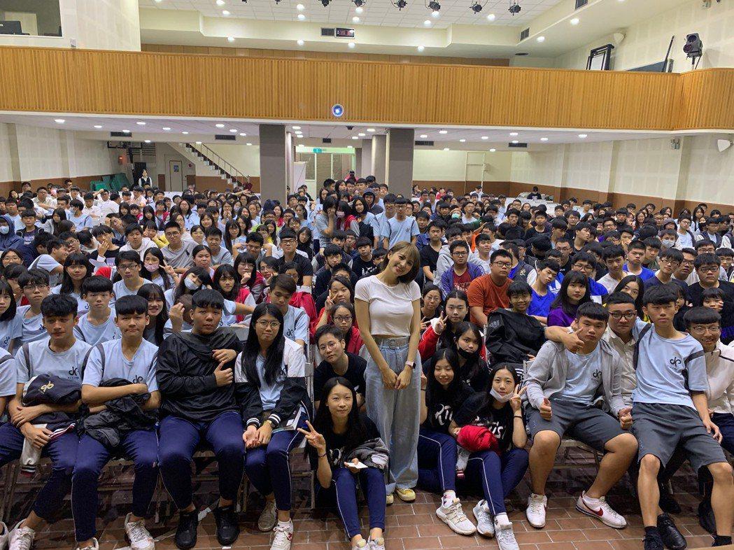 最近忙於宣傳電影「江湖無難事」的阿喜,擔任青少年講師,分享生活經驗。圖/天晴娛樂