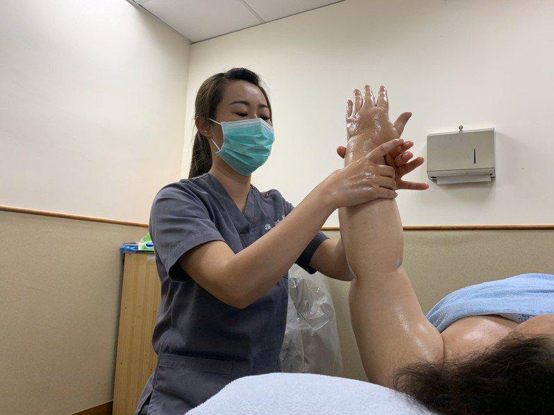 花蓮門諾醫院建議,乳癌術後患者可透過徒手淋巴引流方式,由專業治療師運用緩慢、溫和且有效的手法,達到舒緩水腫的目的。圖/門諾醫院提供