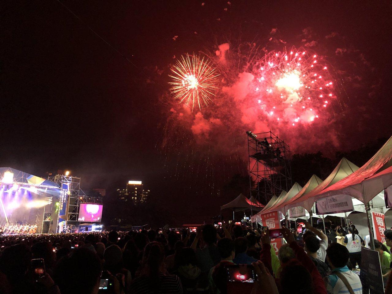 日月潭花火音樂會今晚吸引近三萬名觀眾,震撼的古典樂和扣人心弦的歌曲,以及璀璨煙火...