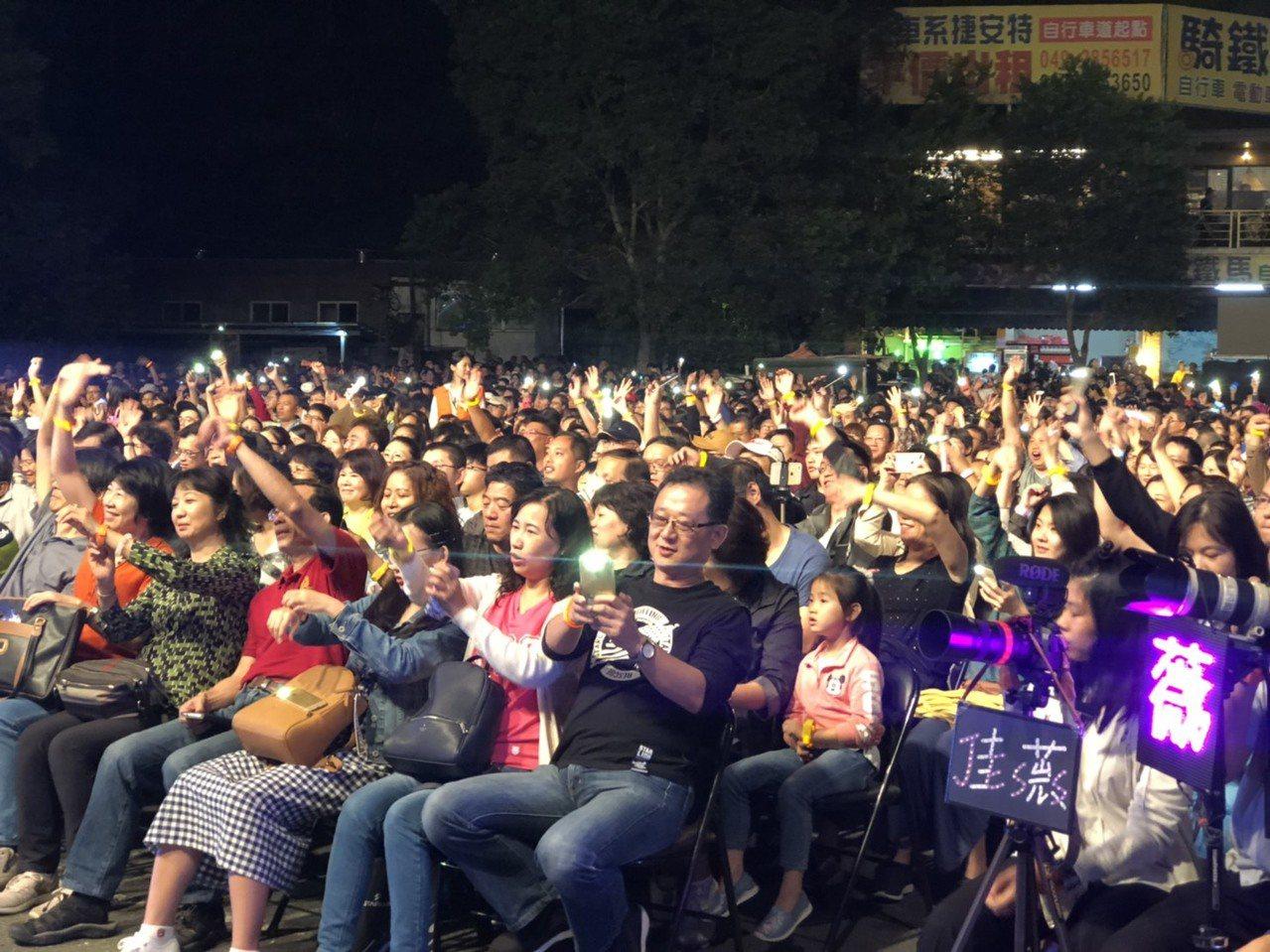 日月潭花火音樂會今晚吸引近三萬名觀眾,大家伴隨著音樂擺動手中的光環或手機燈光,如...